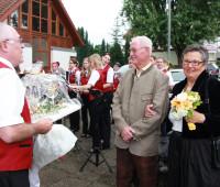 Helmut Spannagel gratuliert dem Jubelpaar.