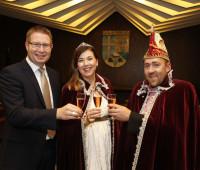 Das Prinzenpaar Linda I. und Tim II. mit Bürgermeister Seithel