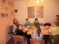 Schülerkapelle beim Pizzaessen